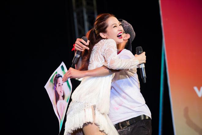 """Trong lúc đang diễn, Bảo Anh bất ngờ bị một fan nam lên ôm chặt. Không những không tỏ ra khó chịu mà """"người yêu"""" Hồ Quang Hiếu còn tươi cười đáp trả lại cái ôm của chàng trai"""
