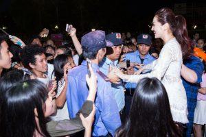 Dù khán giả tại Tam Kỳ có phần cuồng nhiệt quá mức, Bảo Anh vẫn thân thiện bước xuống khu vực khán đài để bắt tay và giao lưu cùng những fan đứng dõi theo cô ở sát sân khấu.