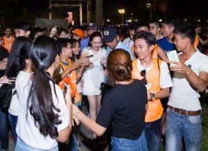 Do khán giả nơi đây rất ít có cơ hội gặp gỡ, tiếp xúc nghệ sĩ ngoài đời thật nên khi bạn gái Hồ Quang Hiếu vừa xuất hiện, cô đã nhận được rất nhiều sự chú ý và chào đón nồng nhiệt.