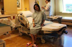 """Nữ ca sĩ """"Đồng Xanh"""" nhập viện vượt cạn tại Mỹ"""