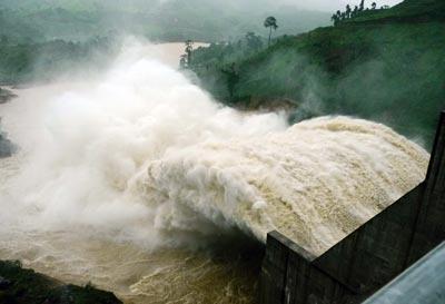 Các hồ thủy điện ở miền Bắc tiếp tục mở cửa xả lũ do ảnh hưởng của bão số 6.