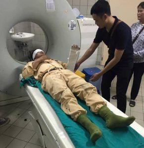 Trung úy Vũ Mạnh Tuấn được đưa đến Bệnh viện để kiểm tra