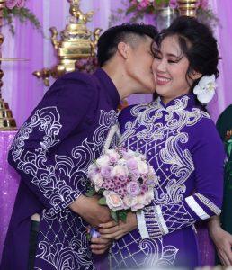 Lê Phương thẹn thùng khi được chồng trẻ chủ động hôn má