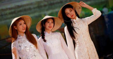 MOMOLAND xinh đẹp trong tà áo dài Việt Nam trong MV mới