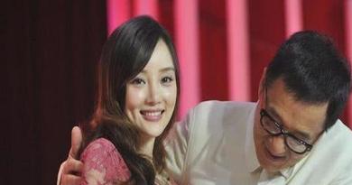 Lý Tiểu Lộ ngại ngùng tránh né sự thân mật của Thành Long sau scandal ngoại tình